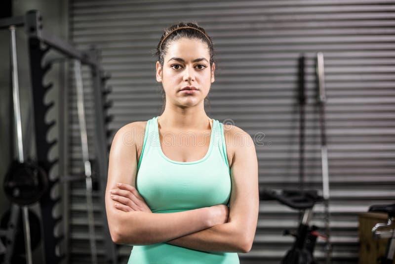 Olycklig idrotts- kvinnakorsning armar arkivfoto