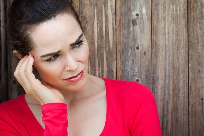 Olycklig, ledsen, ensam och deprimerad kvinna arkivfoto