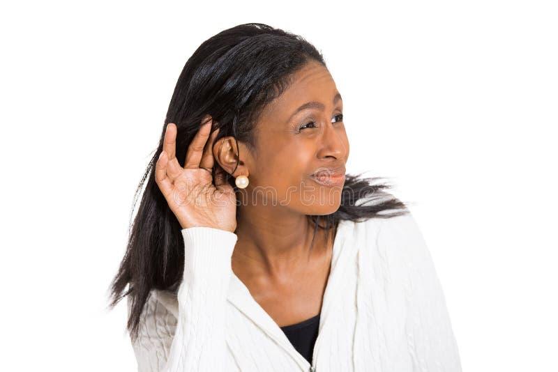 Olycklig lomhörd kvinna som förlägger handen på örat royaltyfri fotografi