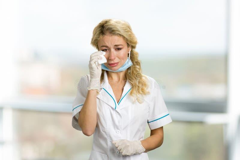 Olycklig skriande ung kvinnlig doktor arkivfoto