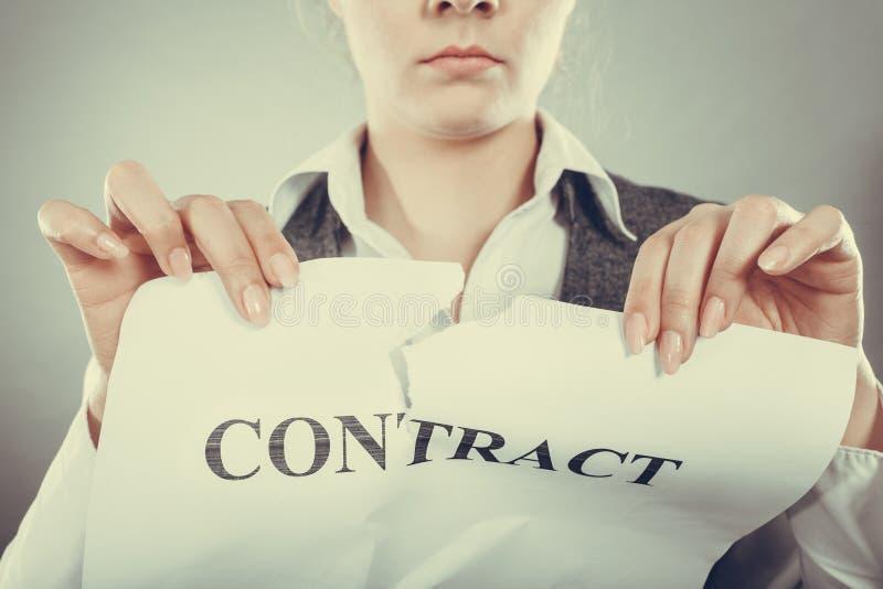 Olycklig skrynkligt avtal för affärskvinna visning arkivfoton