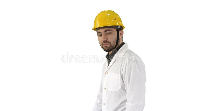 Olycklig tekniker för konstruktionsplats som talar och går på vit bakgrund royaltyfria bilder