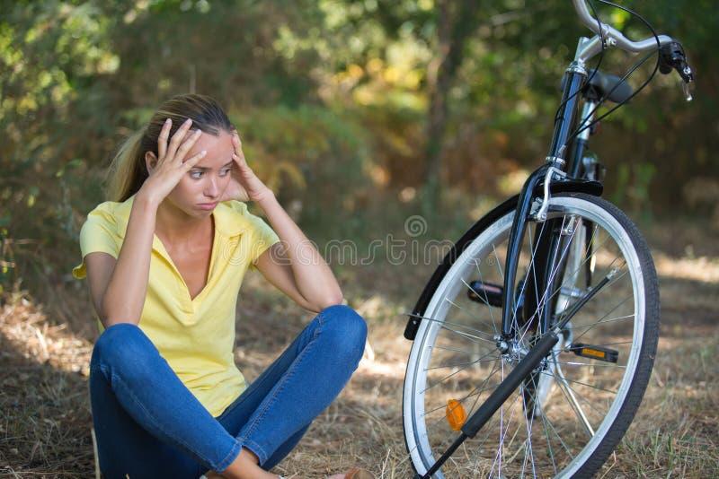 Olycklig tonårs- flicka som använder cykeln royaltyfria bilder