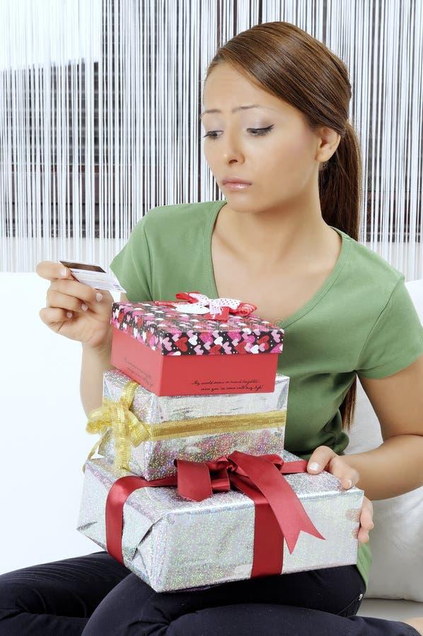 Olycklig ung kvinna med gåvaaskar royaltyfri fotografi