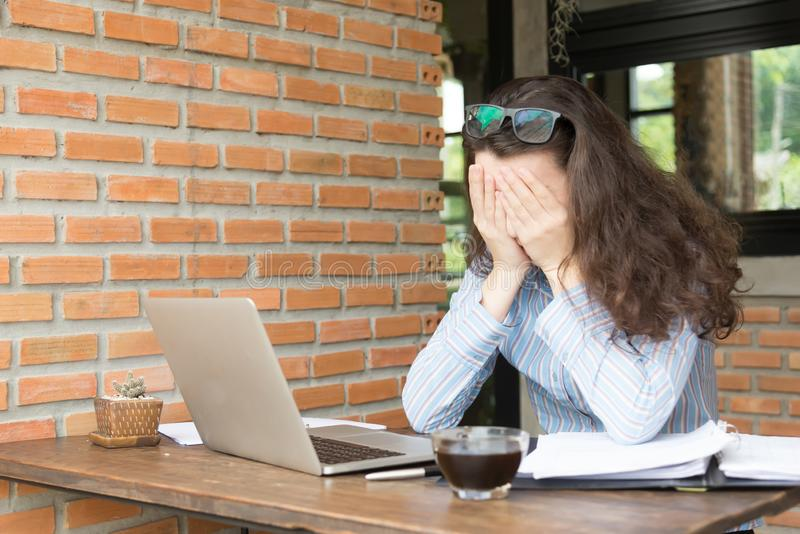 Olycklig ung kvinna som anv?nder hennes smarta telefon online-marknadsf?ra begrepp f?r ung aff?r arkivbild