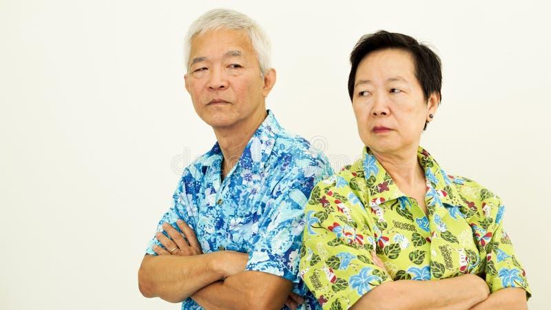 Olyckliga asiatiska höga par och att slåss Förhållandeproblem på w arkivfoto