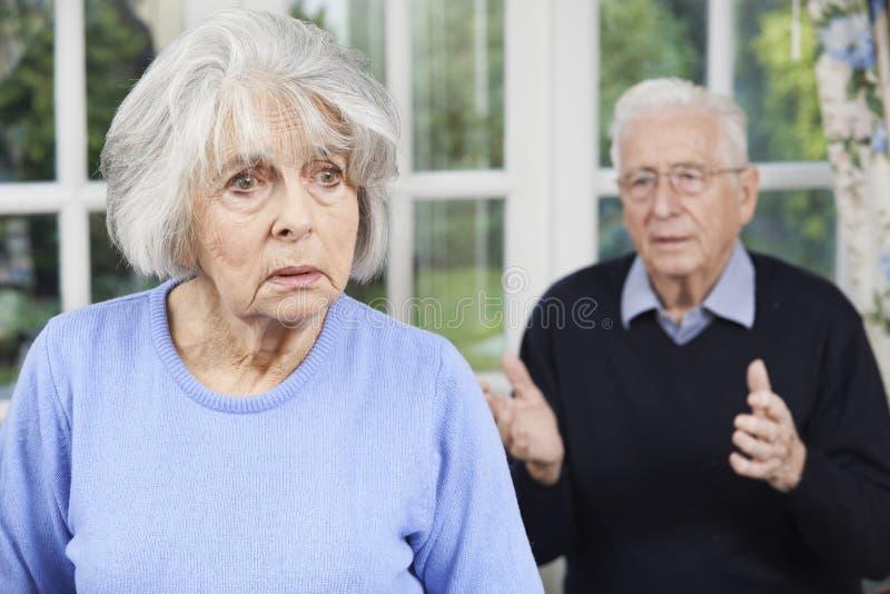 Olyckliga höga par hemma tillsammans royaltyfria bilder