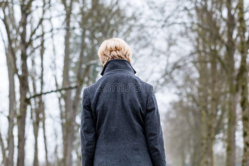 Olyckliga kvinnan som den har, går i vinter royaltyfri fotografi