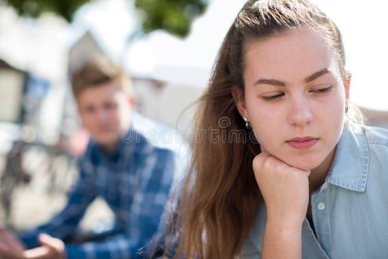 Olyckliga tonårs- par som har argument i stads- inställning royaltyfri foto
