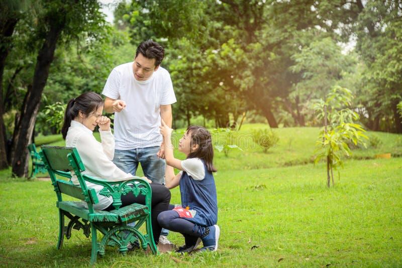 Olyckligt grälar problem den asiatiska familjen, maken som pekar på frun som klandrar hennes gräla, föräldrar och att argumentera royaltyfri bild