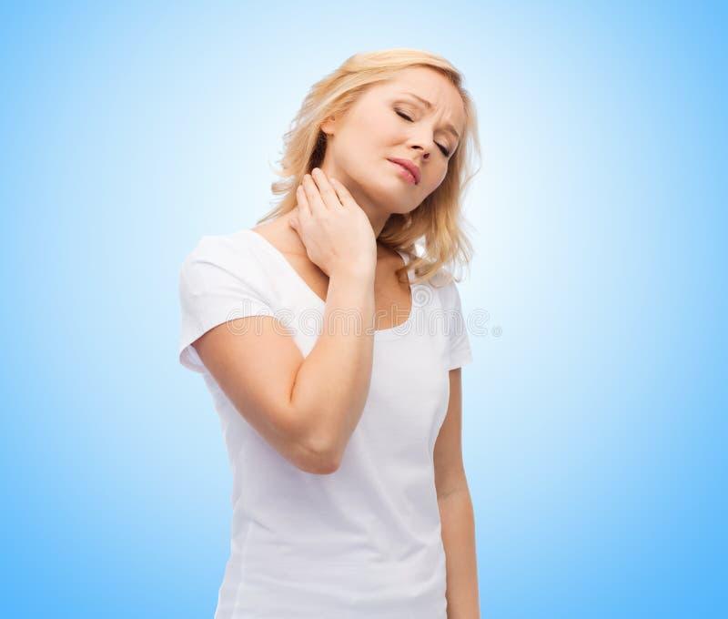 Olyckligt kvinnalidande från hals smärtar royaltyfri foto