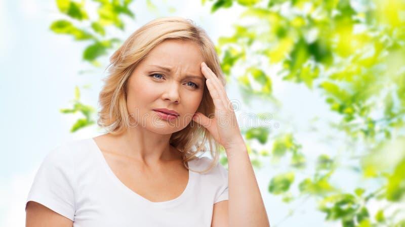 Olyckligt kvinnalidande från huvudvärk royaltyfria foton