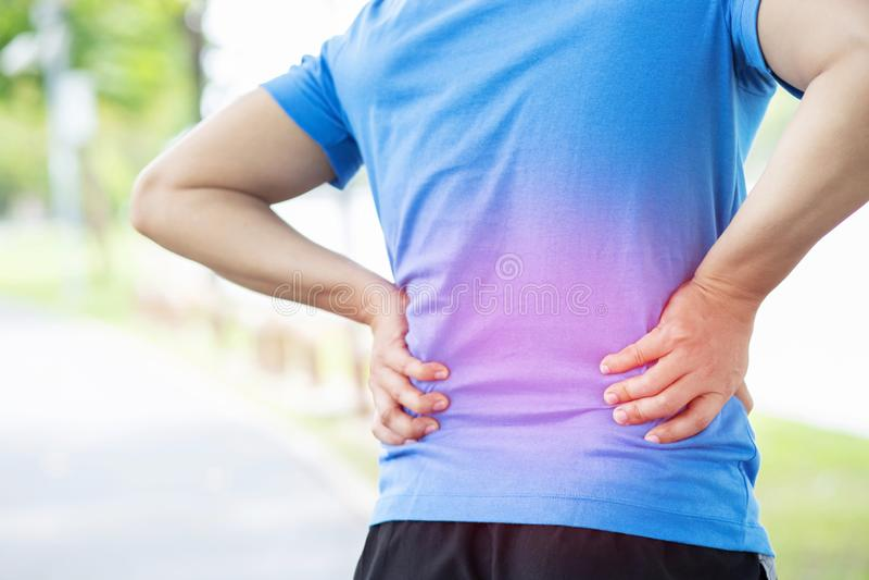 Olyckligt manlidande från övning för sportskadastund, med lägre baksida smärtar i ryggen med tillbaka knip folk hälsovård arkivfoton