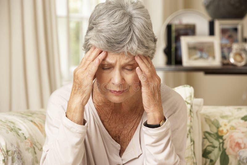 Olyckligt pensionerat högt kvinnasammanträde på Sofa At Home arkivfoto