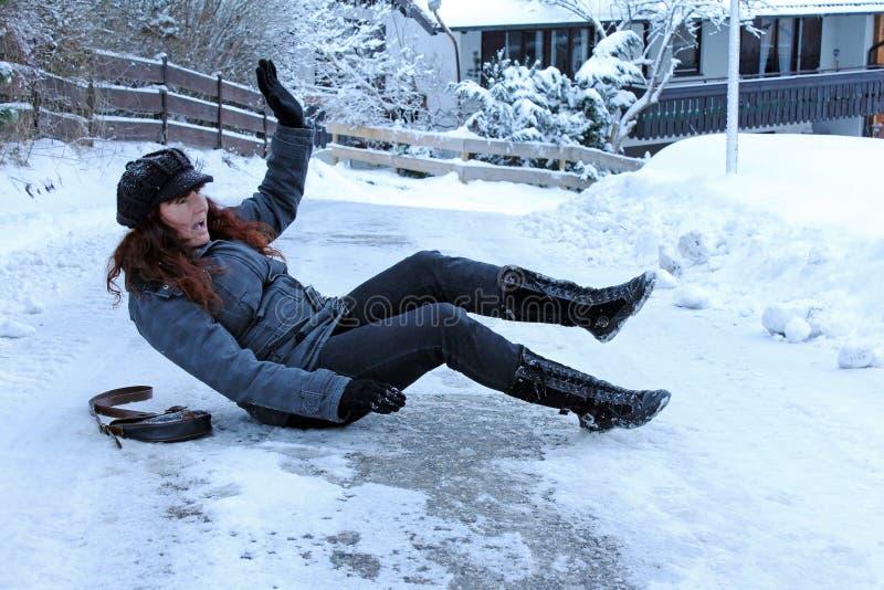 Olyckor i icy vägar arkivbild