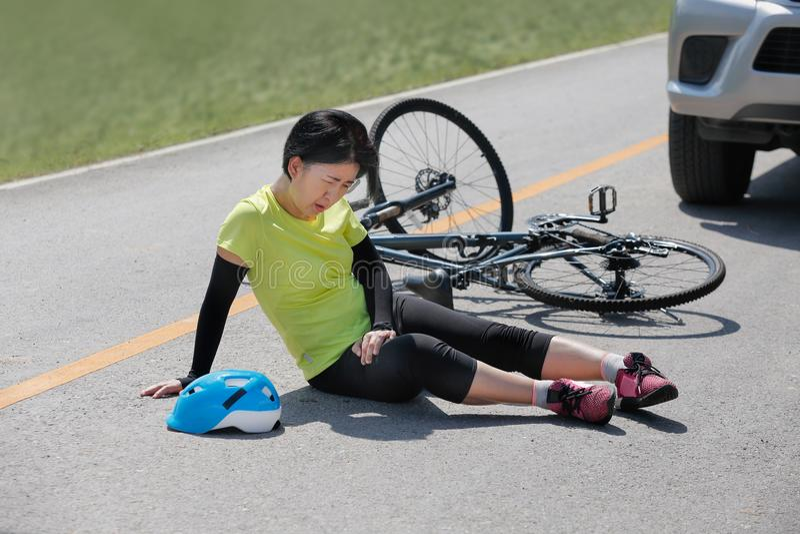 Olycksbilkrasch med cykeln på vägen royaltyfria bilder
