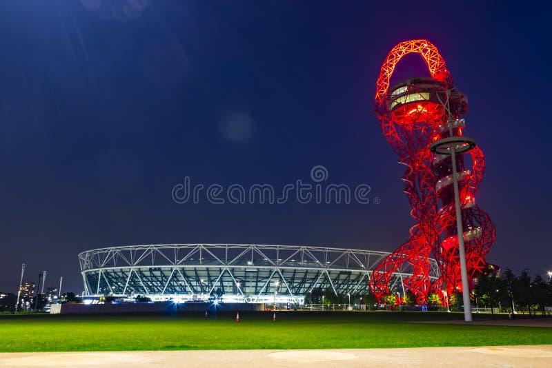 Olympiapark von London bis zum Nacht stockbild