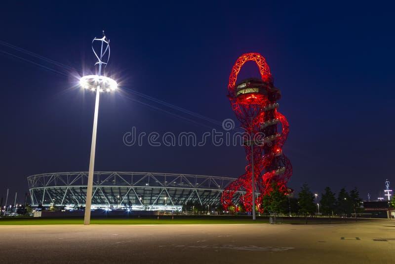 Olympiapark von London bis zum Nacht stockbilder
