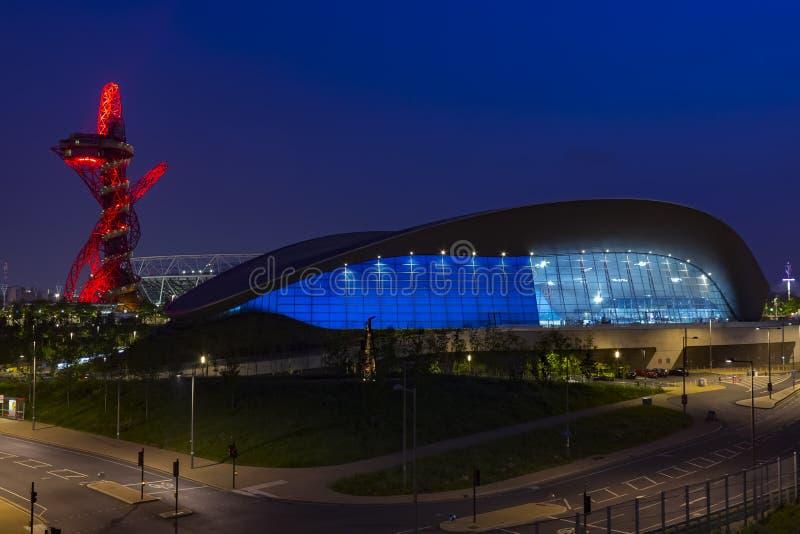 Olympiapark von London bis zum Nacht stockfotos