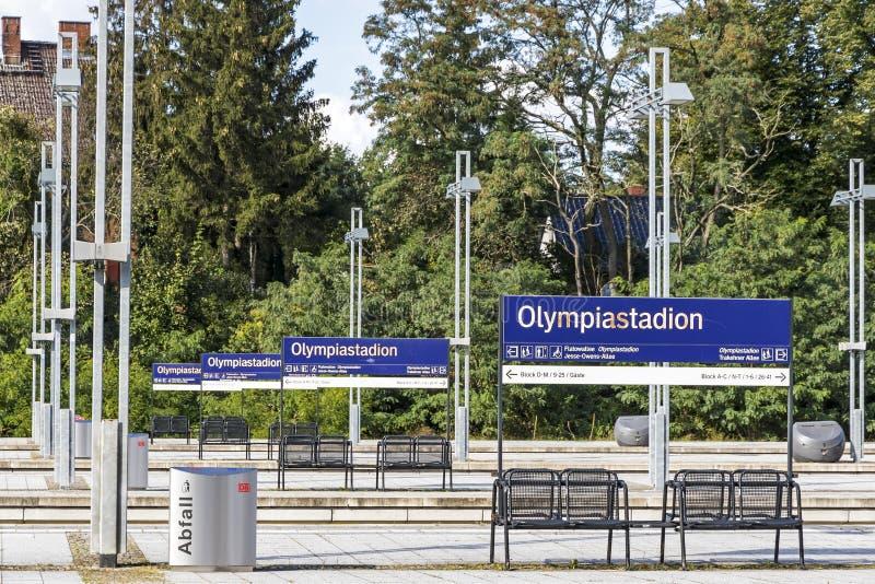 Olympiastadion S-Bahn station i Berlin, Tyskland fotografering för bildbyråer