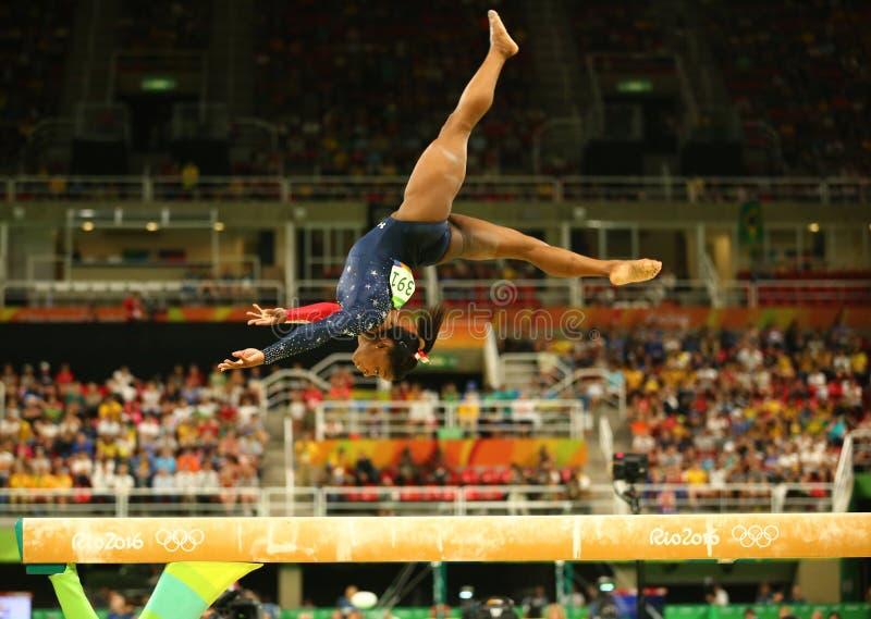 Olympische kampioen Simone Biles van Verenigde Staten die op de evenwichtsbalk bij globale de gymnastiekkwalificatie van vrouwen  stock foto