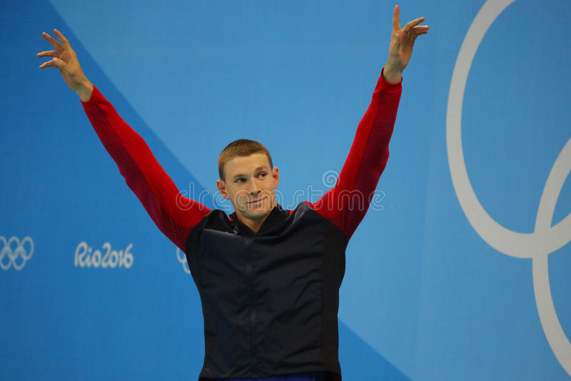 Olympische kampioenszwemmer Ryan Murphy van Verenigde Staten tijdens medailleceremonie na Mensen` s 100m rugslag van Rio 2016 Oly royalty-vrije stock foto