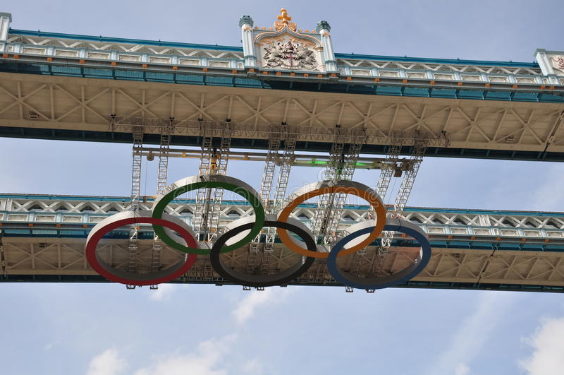 Olympische Ringe auf Kontrollturm-Brücke - London 2012 stockbilder