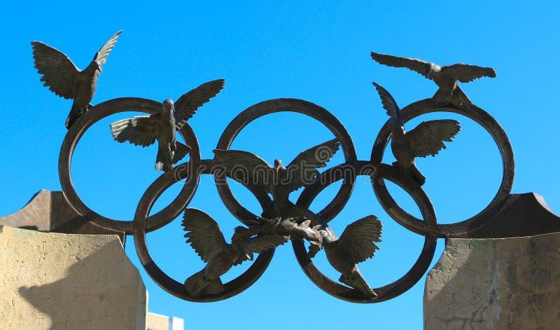 Olympische Ringe und Eagle-Skulptur im hundertjährigen Olympiapark in Atlanta, Georgia lizenzfreie stockfotografie
