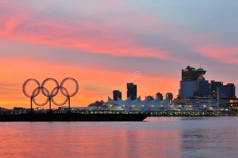 Olympische ringen in Vancouver haven stock afbeeldingen
