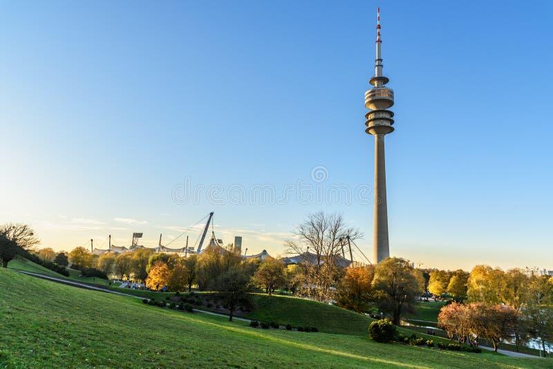 Olympische toren in Olympische Park of Olympiapark m?nchen duitsland royalty-vrije stock fotografie
