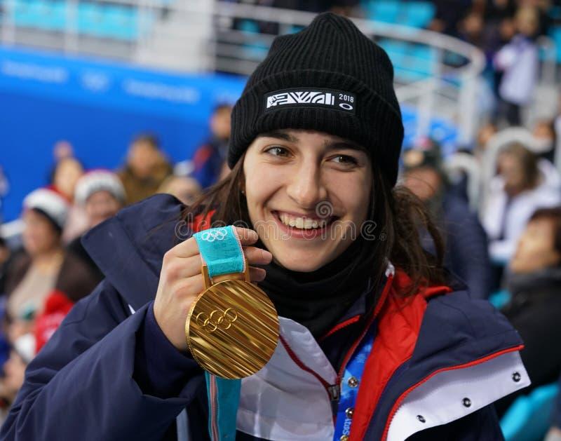 Olympischer Meister in Damen ` Mogulen Perrine Laffont von Frankreich aufwerfend mit Goldmedaille lizenzfreie stockfotografie