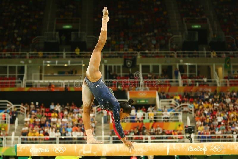 Olympischer Meister Gabby Douglas von USA konkurriert im Schwebebalken Frauen ` s an der vielseitigen Gymnastikqualifikation in R lizenzfreie stockfotografie