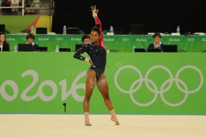 Olympischer Meister Gabby Douglas von Vereinigten Staaten konkurriert in der Bodenübung während Frauen ` s der vielseitigen Gymna lizenzfreie stockfotos