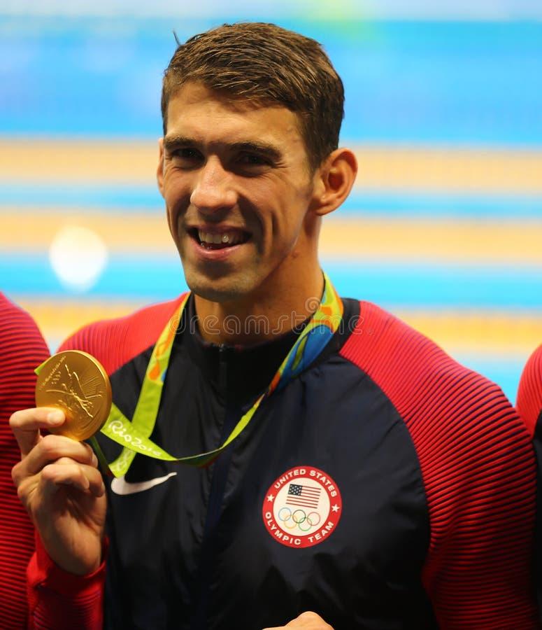 Olympischer Meister Michael Phelps von USA feiert Sieg am Gemischrelais die 4x100m der Männer des Rios 2016 Olympische Spiele stockfotos