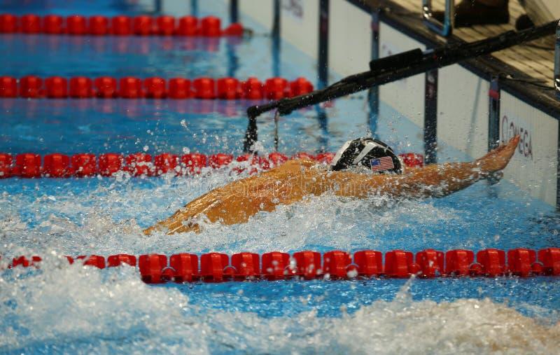 Olympischer Meister Michael Phelps von Vereinigten Staaten konkurriert am Gemischrelais Schluss die 4x100m der Männer des olympis lizenzfreies stockbild