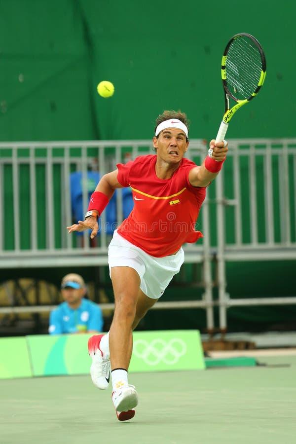 Olympischer Meister Rafael Nadal von Spanien in der Aktion während des Herreneinzelerstrundematches des Rios 2016 Olympische Spie stockfotografie