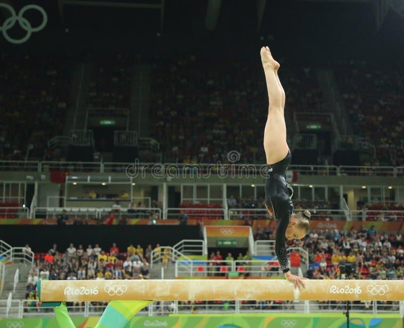 Olympischer Meister Sanne Wevers von den Niederlanden konkurriert am Schluss auf der künstlerischen Gymnastik der Schwebebalken-F stockfotos