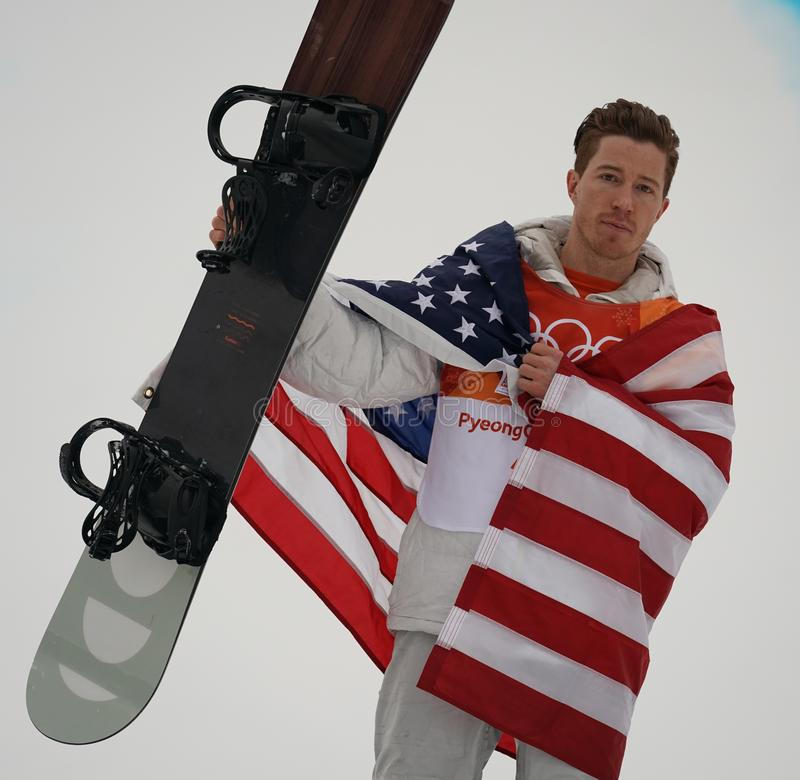 Olympischer Meister Shaun White feiert Sieg im Männer ` s Snowboard Halfpipeschluß an den 2018 Winter Olympics lizenzfreie stockbilder