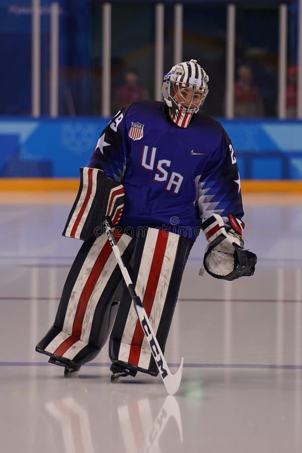 Olympischer Meister Team USA-Torhüter Nicole Hensley in der Aktion gegen Team Olympic Athlete von Russland lizenzfreies stockfoto