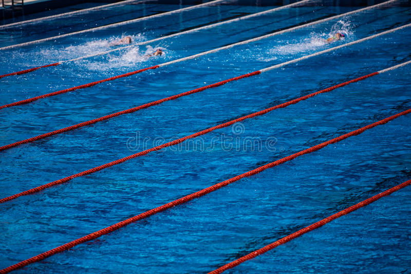 Olympischer Swimmingpool mit Schwimmerschleichenrennen lizenzfreies stockfoto