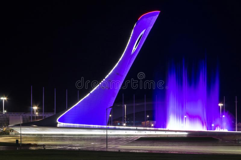 Olympischer Turm des großen Kessels und Tanzenbrunnen in Sochi, Russland lizenzfreie stockfotografie