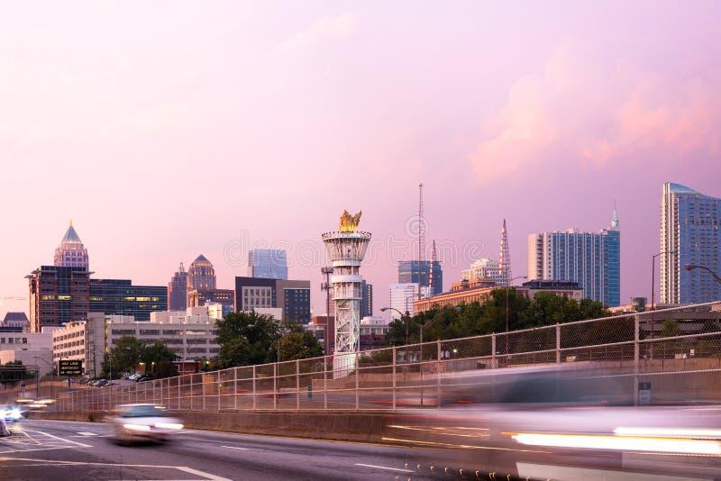 Olympisk facklatorn- och Midtownhorisont i Atlanta royaltyfri fotografi