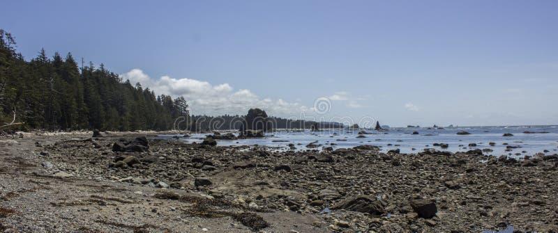 Olympisk kust nära udde Alava royaltyfria bilder