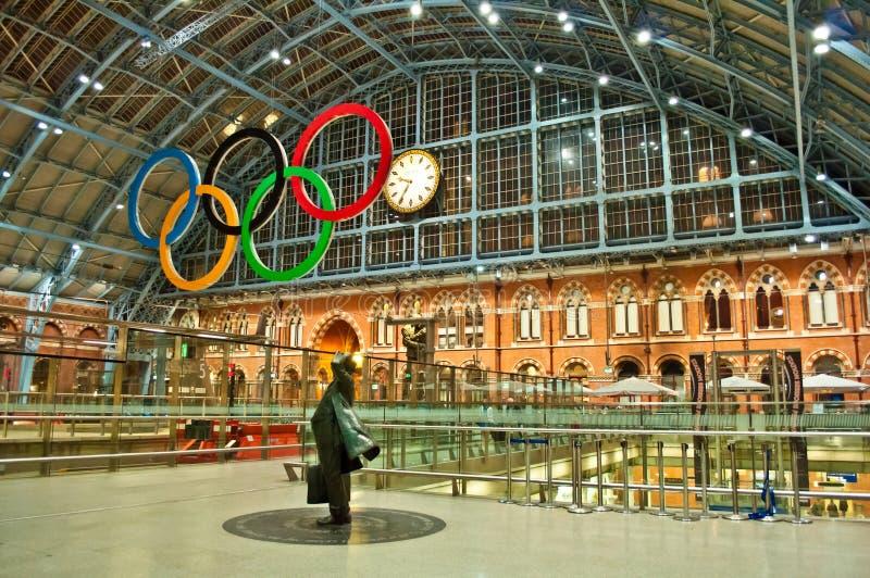Olympiska Cirklar På Stationen För St Pancras Redaktionell Bild