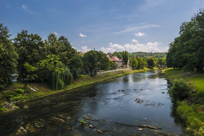 Olza rivier in Cieszyn, Polen stock foto's