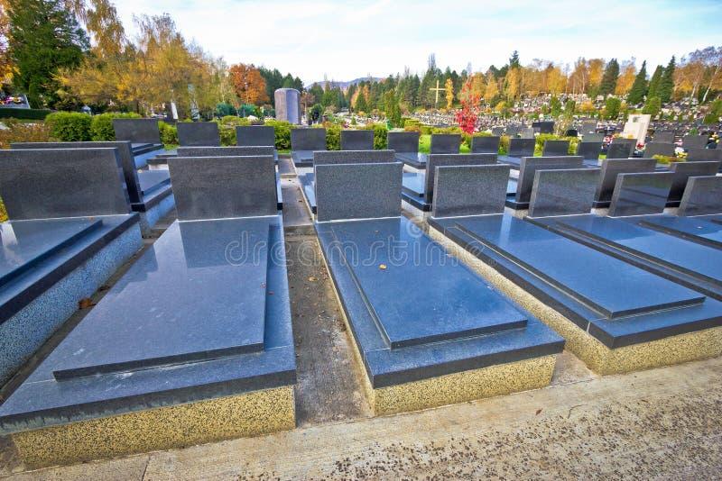 Omärkta och unnamed kyrkogårdgravar royaltyfria bilder