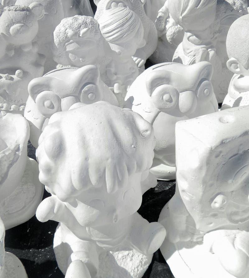 Omålad vit murbruktecknad filmdocka royaltyfria foton