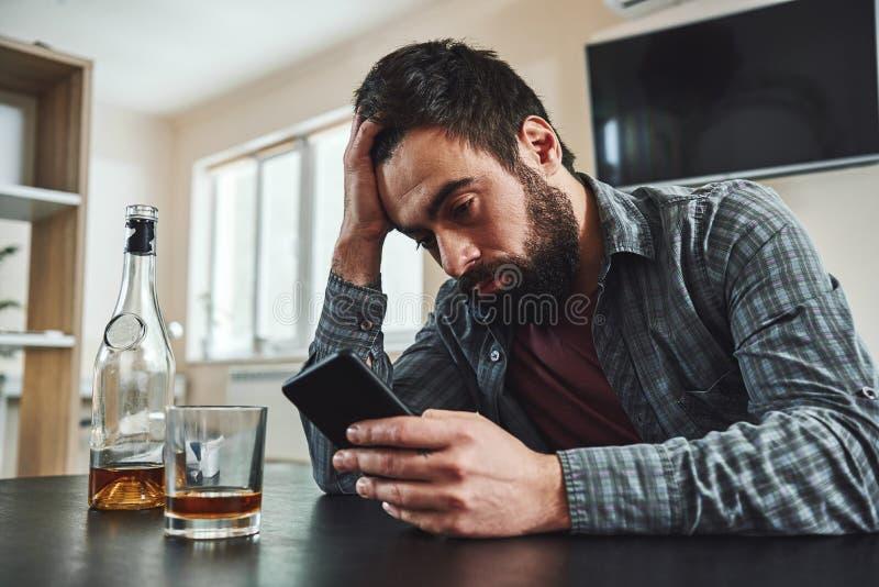 Om du kan avsluta för en dag, kan du avsluta för en livstid Alkoholist för ung man, socialt problembegrepp, sammanträde som drick arkivbild