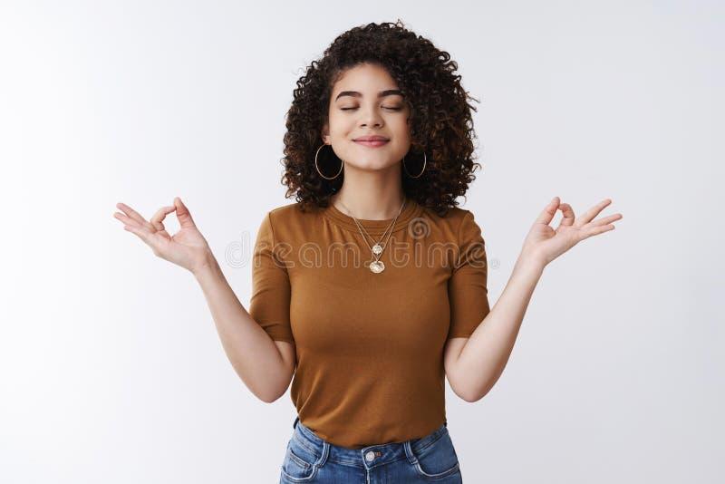 Om dziewczyna czuje pokój cierpliwość Atrakcyjnej beztroskiej zrelaksowanej szczęśliwej młodej kobiety fryzury kędzierzawy koszul zdjęcie stock