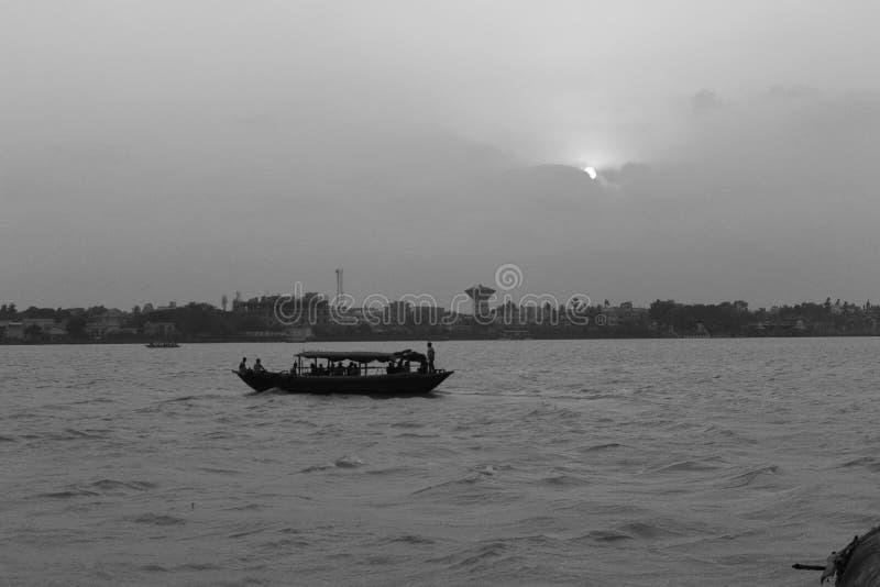Om en önskar att få en fartygritt, måste en vara nära floden royaltyfria foton